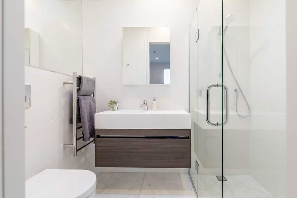 Private 3 Bedroom Apartment with Ensuite Bathroom - Bathroom
