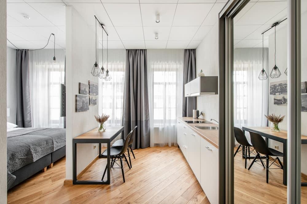 Deluxe Double Room, 1 Queen Bed, Courtyard View - In-Room Dining