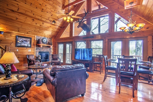 MAGIC MOUNTAIN RETREAT' luxury cabin with Awesome Location! Free WIFI/></noscript><img class=