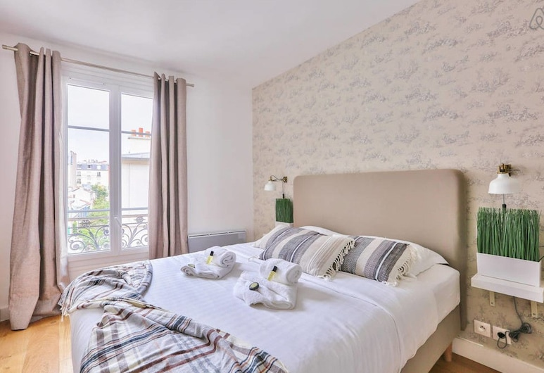 Family Apartment in Buttes Chaumont, Paris, Room