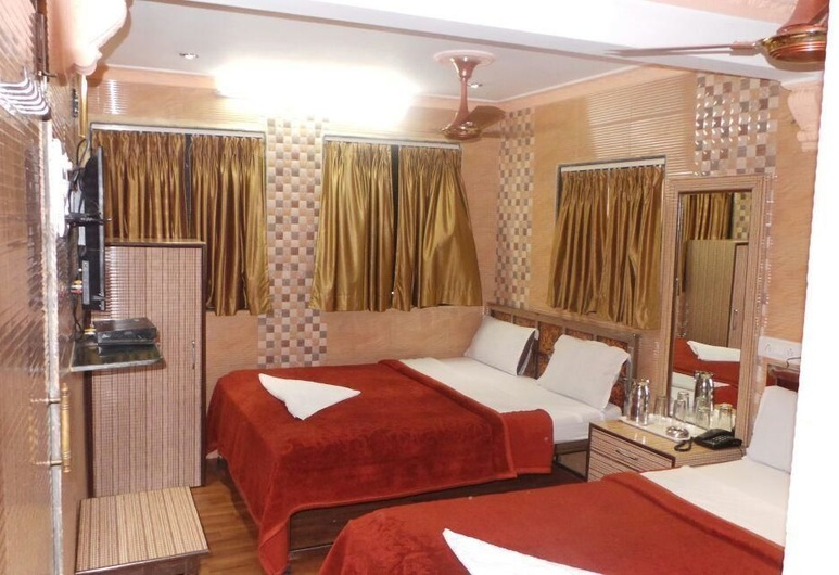Hotel Shadab Palace, Mumbai, Four Bed AC Room, Kamer