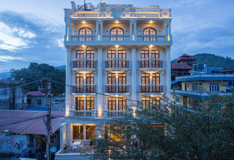 Hotel Portland, Pokhara, Hotelfassade am Abend/bei Nacht