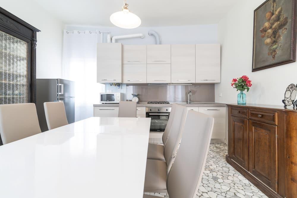 Pagerinto tipo apartamentai, 3 miegamieji, vaizdas į kanalą (Check-in location Santa Croce 515) - Vakarienės kambaryje