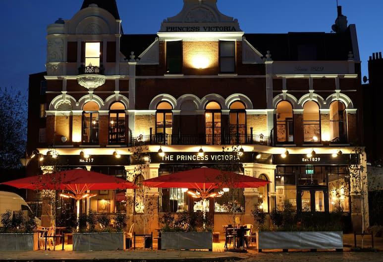 The Princess Victoria, London, Fassaad õhtul/öösel