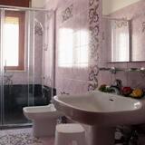 Izba s dvojlôžkom alebo oddelenými lôžkami, spoločná kúpeľňa (Mirto) - Kúpeľňa