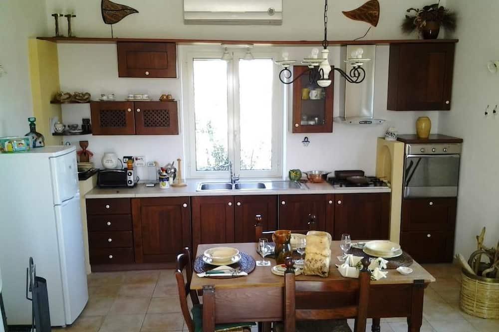شقة عائلية - غرفتا نوم - بمطبخ مصغر - تناول الطعام داخل الغرفة