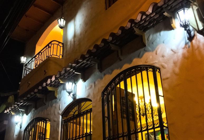 Hostal Zaragoza, Leon, ด้านหน้าของโรงแรม - ช่วงเย็น/กลางคืน