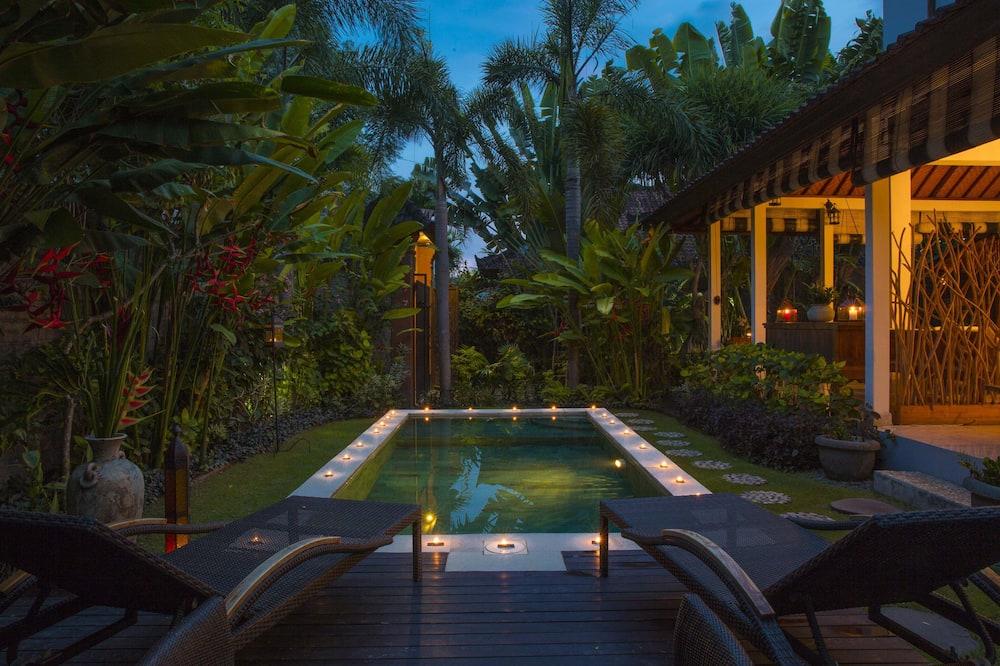 Vila com design assinado, 3 quartos, Do lado da piscina - Vista para o jardim