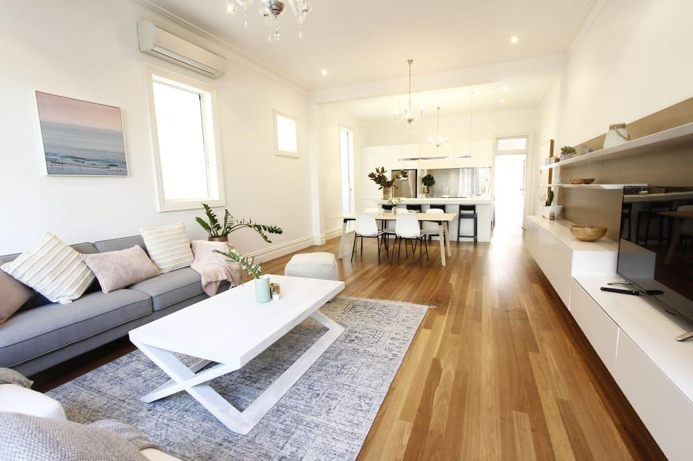 Family House, 4 Bedrooms, 2 Bathrooms - Ruang Tamu