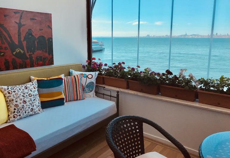 By Sukru, אדאלאר, חדר דה-לוקס לשלושה, מרפסת, נוף לים, חדר אורחים