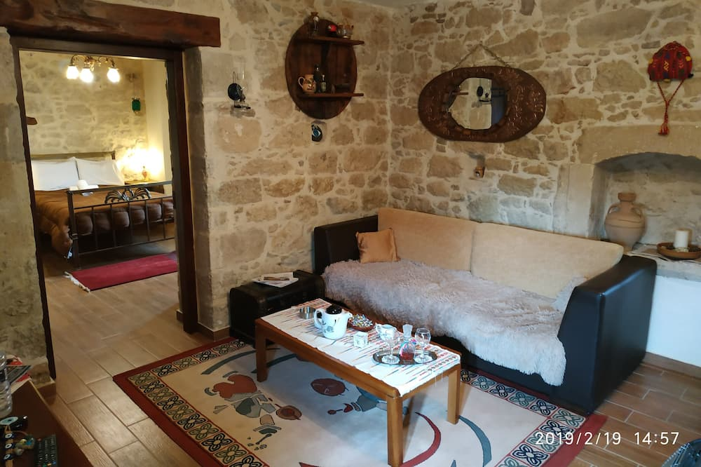Tradiční domek, dvojlůžko, kuchyňský kout, výhled do zahrady - Obývací prostor