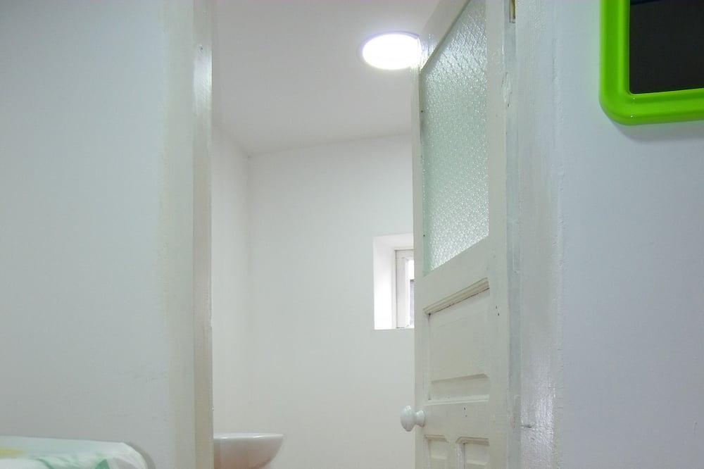 三人房 - 浴室洗手台