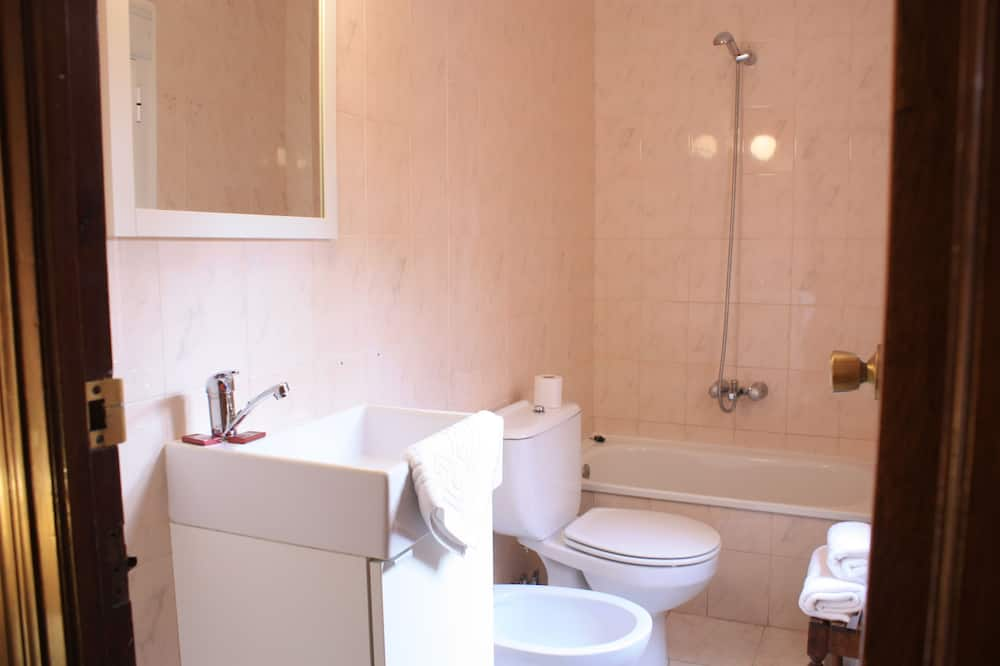 Standard Twin Room, 2 Twin Beds, Patio, Courtyard Area (12) - Banyo