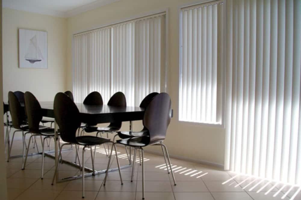 Ferienhaus, 4Schlafzimmer - Essbereich im Zimmer