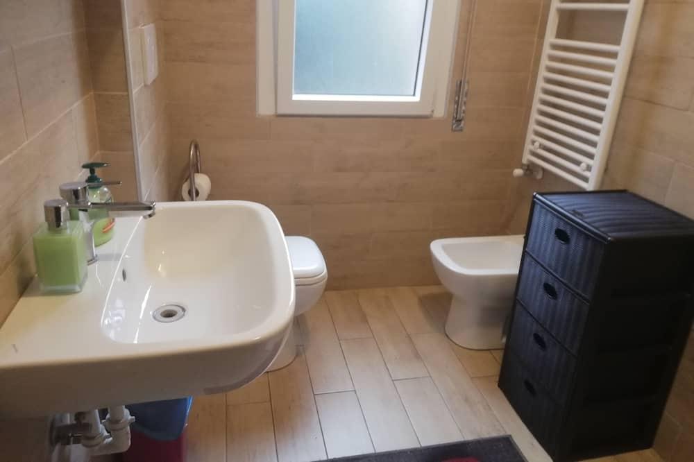 Standard-Einzelzimmer, 1Einzelbett, Gemeinschaftsbad, Stadtblick - Badezimmer