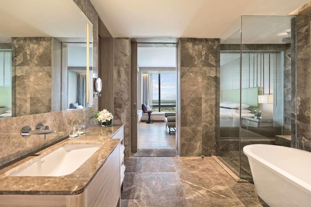 Junior Suite, 1 King Bed, Non Smoking, City View - Bathroom