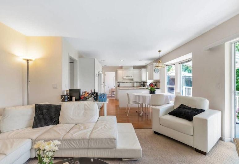Tsawwassen Vancouver 4bdrm House, Delta, Classic House, Multiple Beds, Ocean View, Living Area
