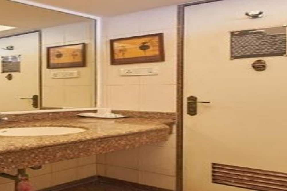 Deluxe Double or Twin Room, Non Smoking, Private Bathroom - Bathroom