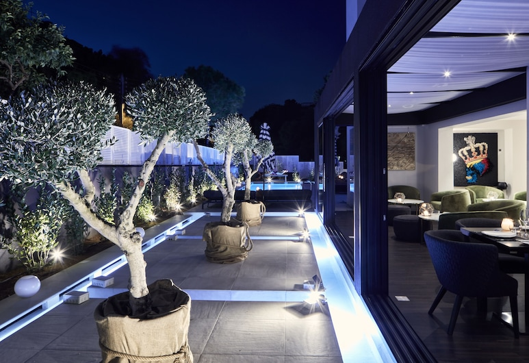 Azur Hotel, Vari-Voula-Vouliagmeni, Hotelfassade am Abend/bei Nacht