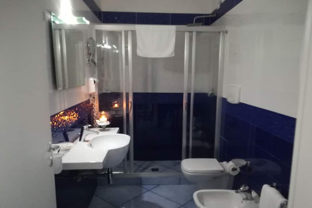 Kolmen hengen huone, Rannalle päin - Kylpyhuone