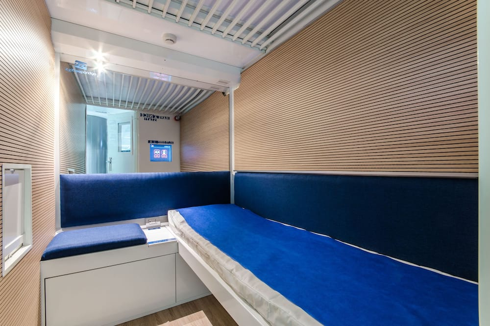 Vienvietis kambarys su pagrindiniais patogumais (Capsule - Public Shared Bathroom) - Svečių kambarys