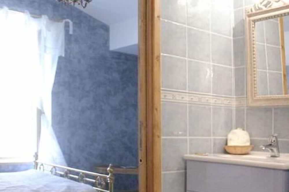 Double Room (Ulysse) - Sink Bilik Mandi