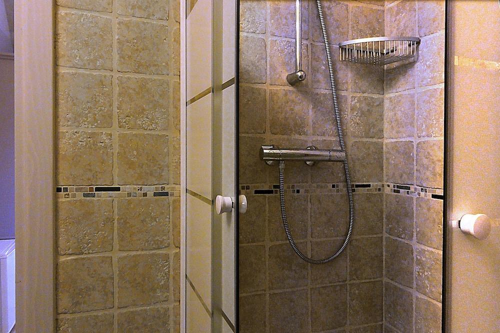Liukso klasės trivietis kambarys - Vonios kambario dušas