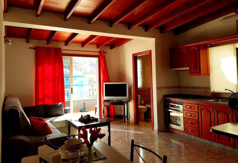Apartment With 2 Bedrooms in Puerto de Santiago, With Wonderful Mountain View, Furnished Terrace and Wifi - 900 m From the Beach, Santiago del Teide, Elutuba