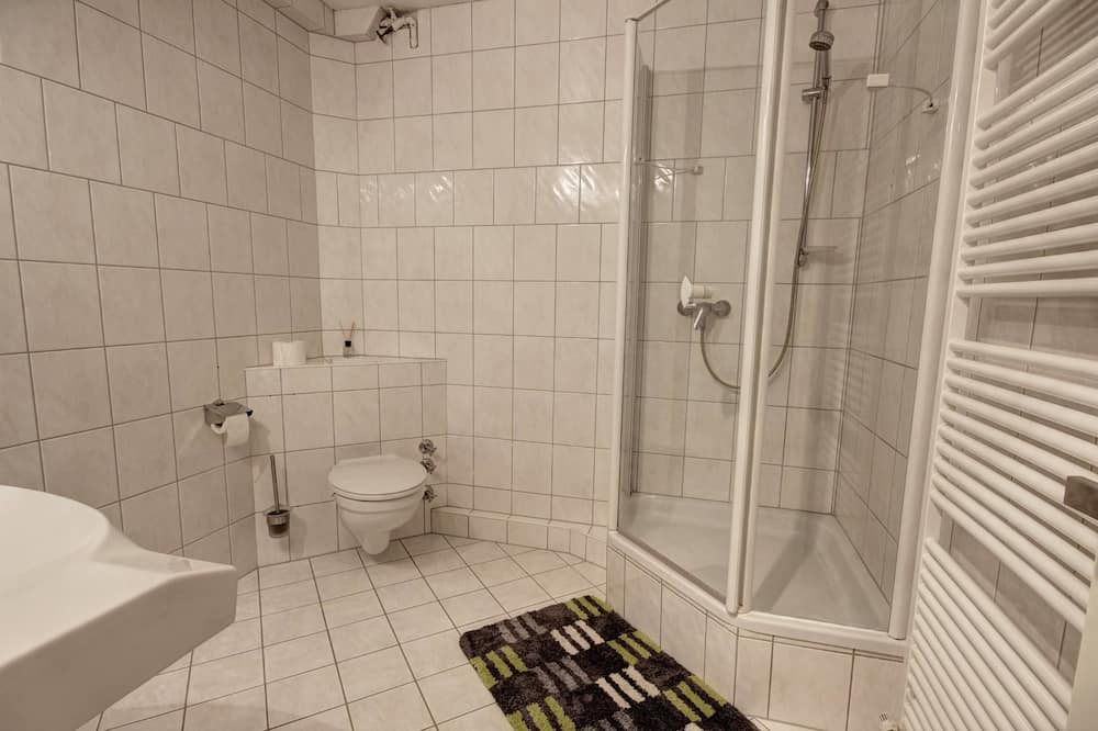 شقة مريحة - ٣ غرف نوم - بحمامين - حمّام