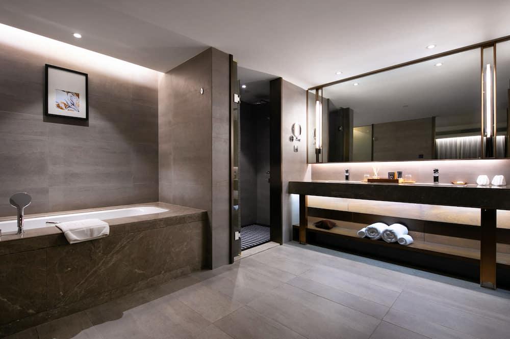 Superior Executive Suite - Bathroom