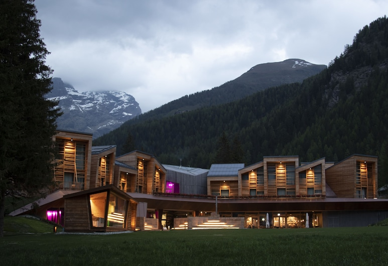 CampZero Active & Luxury Resort, Ayas, Fachada del hotel de noche