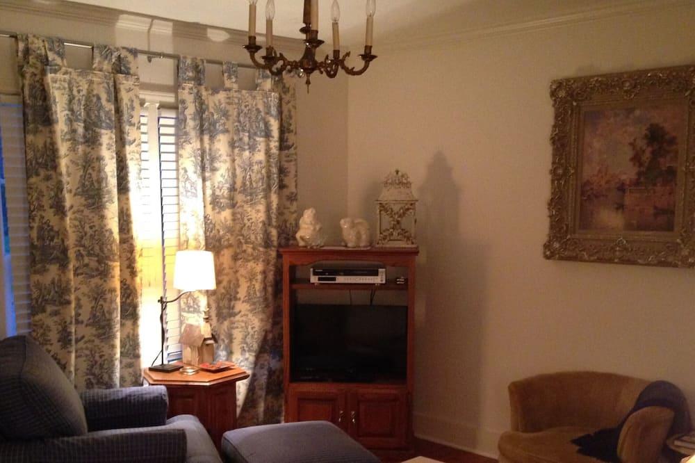 The Hummingbird Cottage - Living Area