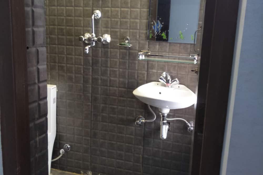 Habitación triple Deluxe, Varias camas, baño privado, vista a la ciudad - Baño
