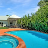 Francis Retreat - Solar Heated Pool and 5 Minutes Walk Distance to CBD