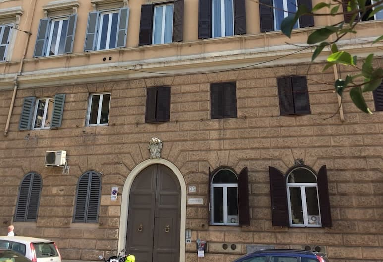 سيرنايا جيست هاوس, روما, مدخل المنشأة
