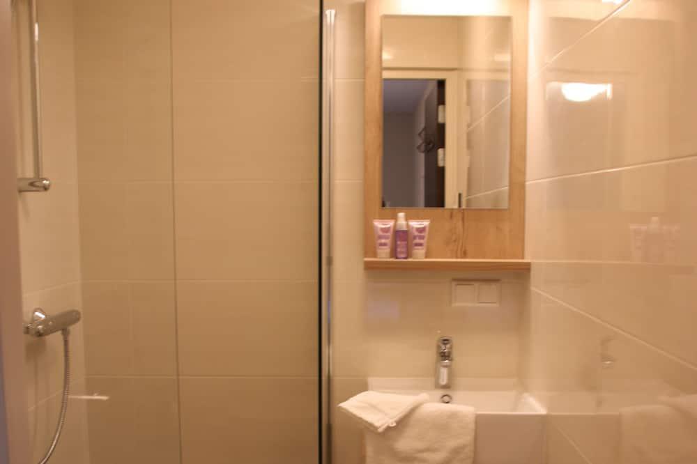 Twin Room (Boerderijkamer) - Bathroom