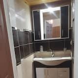 דירה, נוף לגן - מקלחת בחדר הרחצה