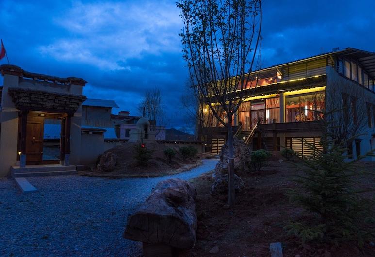 Buddhahood & Lotus Villa, Deczen, Fasada hotelu — wieczorem/nocą