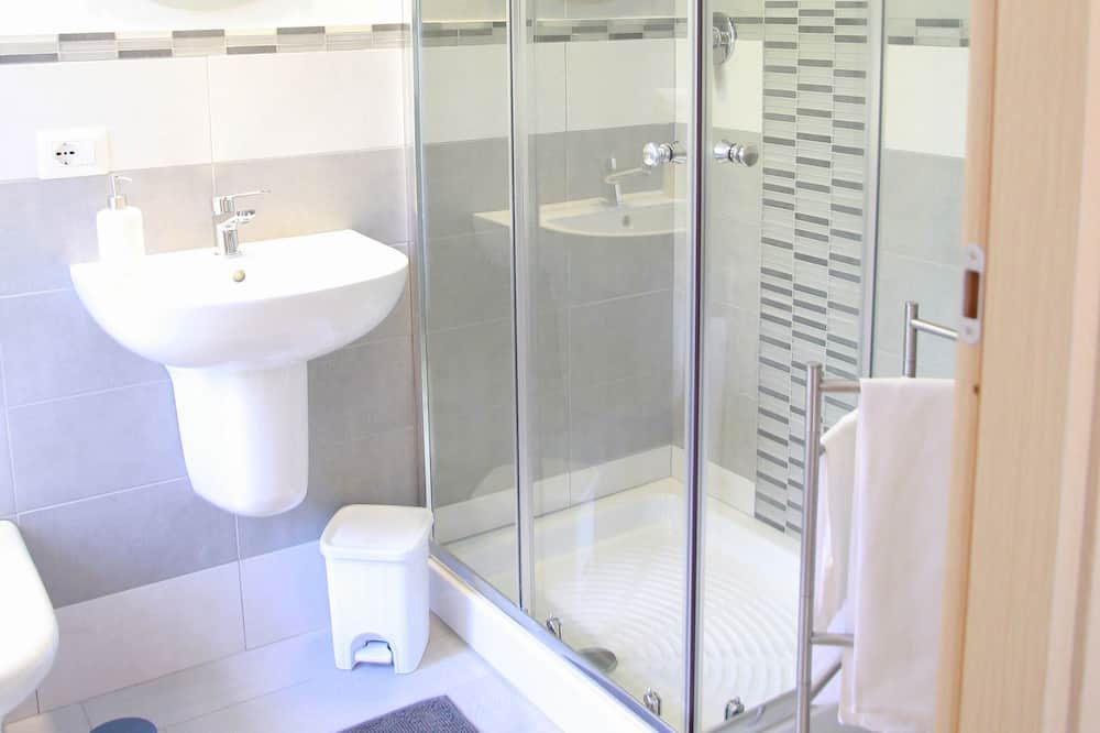 Szoba kétszemélyes ággyal, erkély - Fürdőszoba