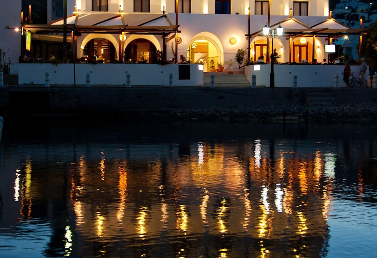 CHRIS HOTEL, Patmos, Hadapan Hotel - Petang/Malam