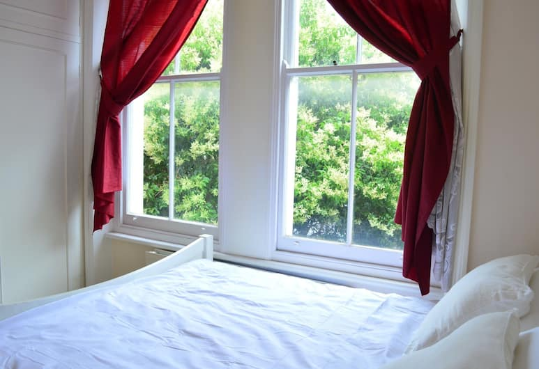 1 Bedroom Apartment in West Kensington, London, Zimmer