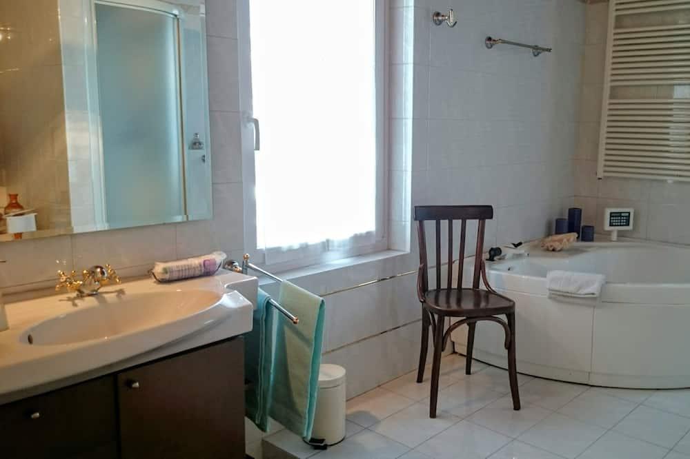 Quadruple Room, Private Bathroom (External) - Bathroom