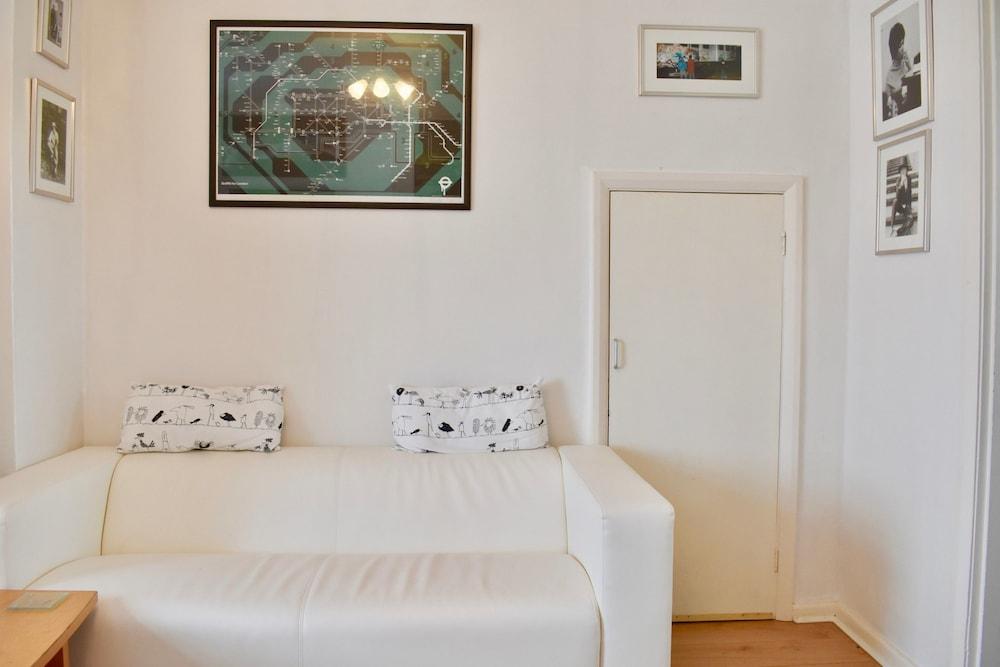 2 Bedroom Home Near Kemptown Brighton Living Area