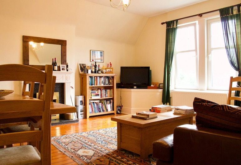 2 Bedroom Flat With Parking In Edinburgh, Edinburgh, Apartment (2 Bedrooms), Living Area