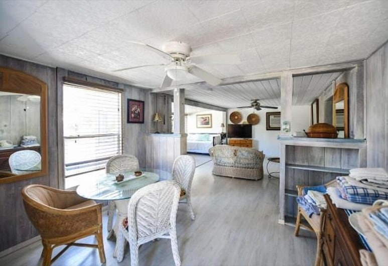 Barefoot Bungalow, Siesta Key, Superior Suite, 2 Bedrooms, Pool Access, Living Area
