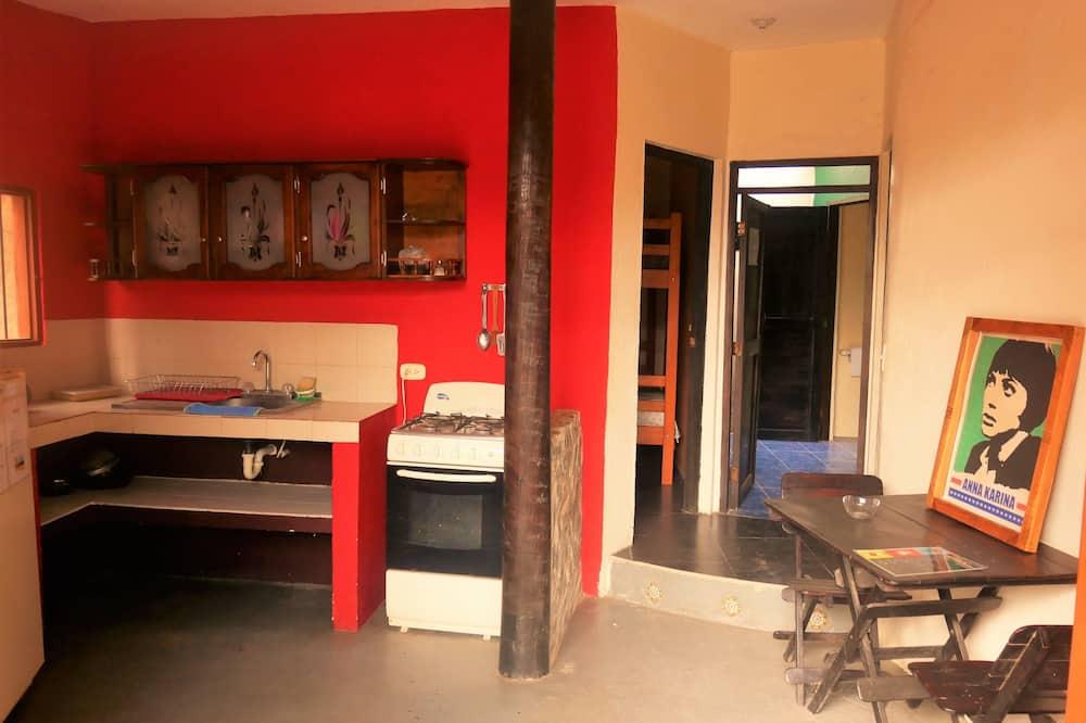 Klasikinio tipo keturvietis kambarys, Kelios lovos, virtuvė, vaizdas į sodą - Bendra virtuvė
