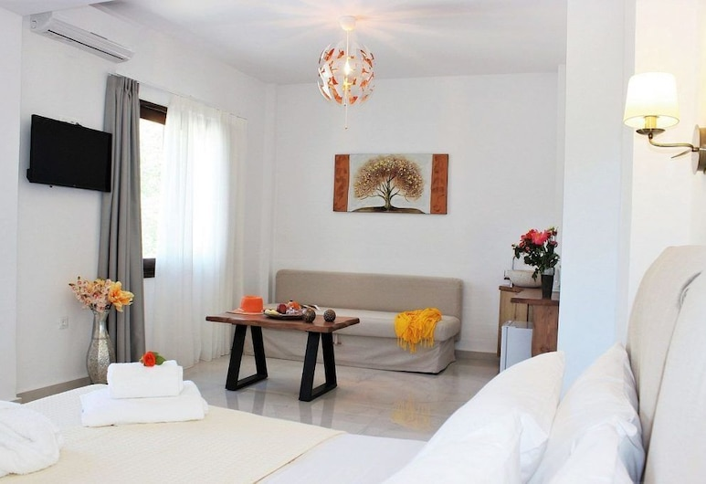 Deluxe Suites, Chania, Triple Room, Balcony, Living Area