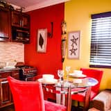 Paaugstināta komforta dzīvokļnumurs, 1 divguļamā karalienes gulta un dīvāngulta, virtuve - Dzīvojamā zona