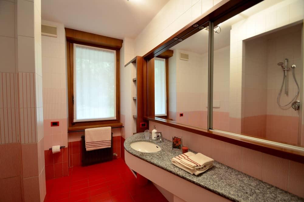 Kahden hengen huone, 2 yhden hengen sänkyä, Oma kylpyhuone - Kylpyhuone