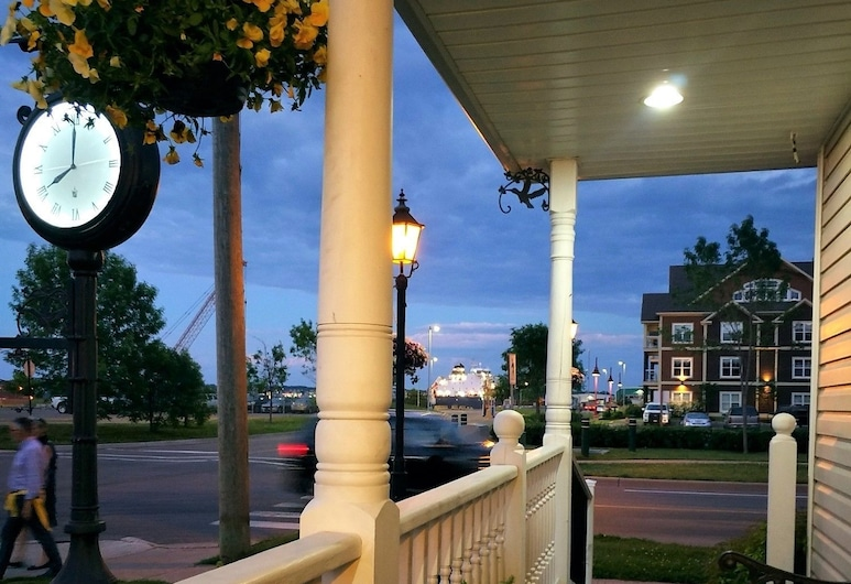 Inn on The Harbour, Charlottetown, Fachada del hotel de noche